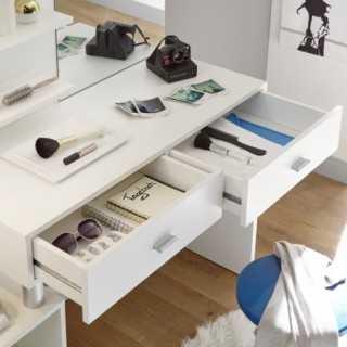 Vue détaillée sur les tiroirs de la coiffeuse blanche BEAUTY